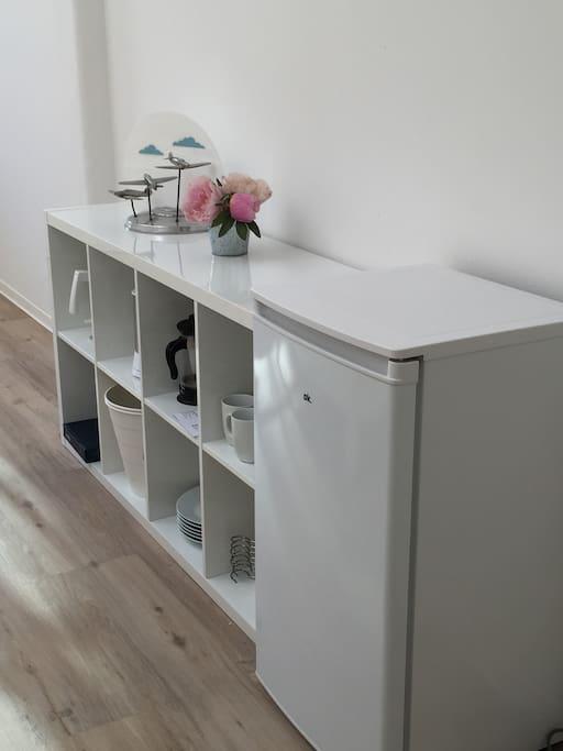 das Zimmer hat einen Kühlschrank und Wasserkocher, sowie einen Kaffeebereiter und Geschirr, Besteck, Gläser - man kann nur nicht kochen - das Geschirr wird in der Spülmaschine im Küchenbereich gespült.