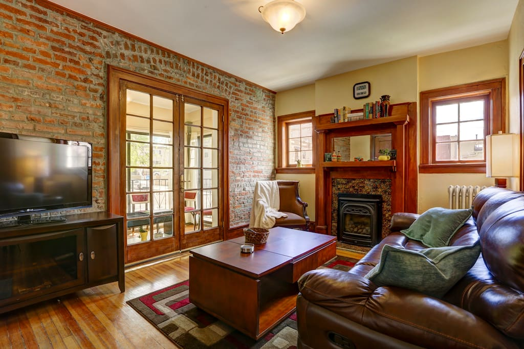 1902 living room with 21st century conveniences!