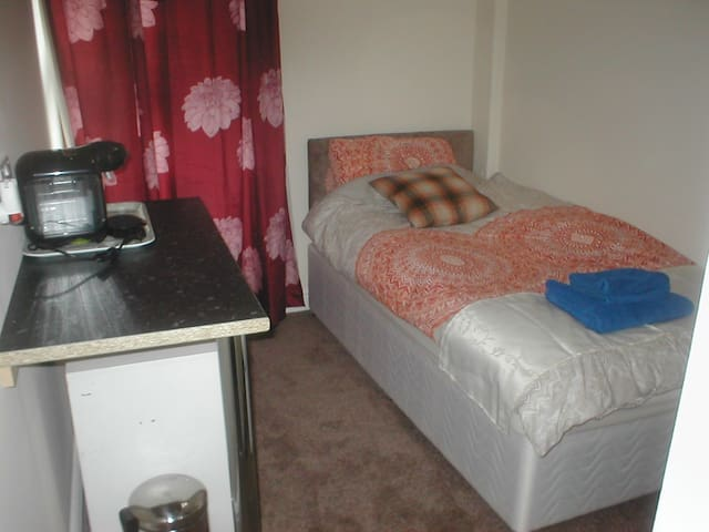 Grove House. Single Room, shared bathroom