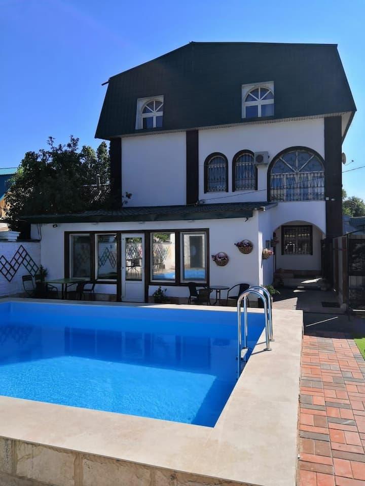 Дом с бассейном и баней в центре города!