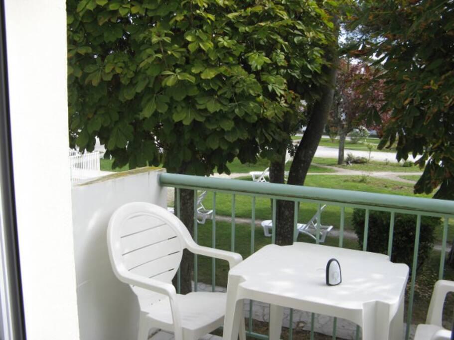 Le balcon donne sur le jardin
