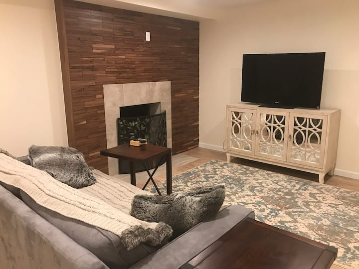 Clean Comfortable Private Bed, Bath, close to DTC