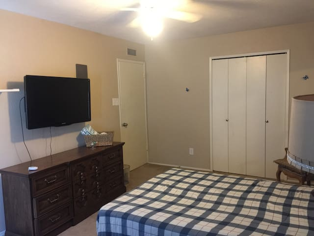Updated Comfortable North Dallas Bedroom Free Wifi - 加蘭(Garland) - 獨棟