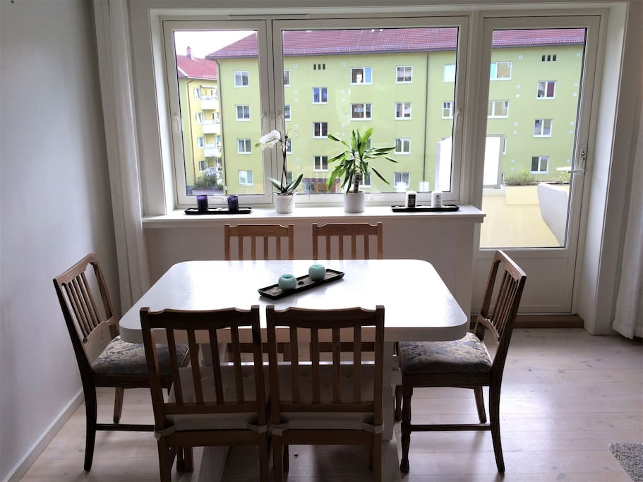 Living room with a dining table for 6 persons and access to the balcony