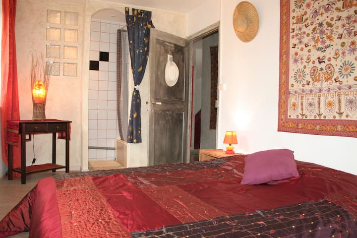 """""""les mains de lutins"""" A Serres chambre avec SDB - Serres - House"""
