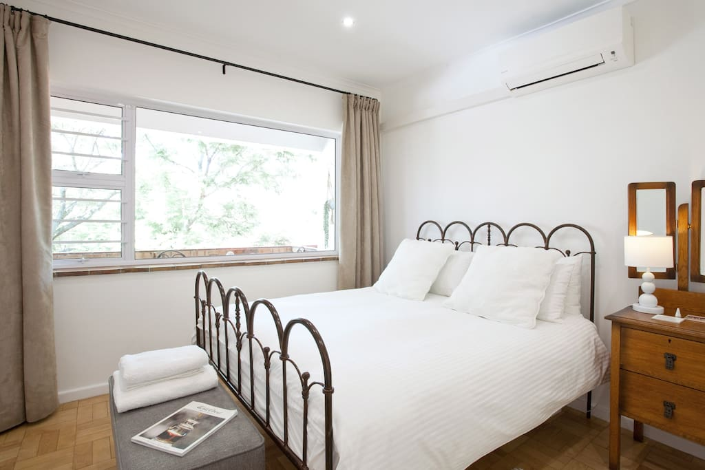 Snuggle up in a designer bed with Egyptian cotton and down duvet, in this bright apartment in the historic core. Enjoy beautiful Stellenbosch mountain views.