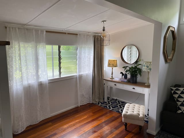 Pet friendly, cute cozy country cottage near river