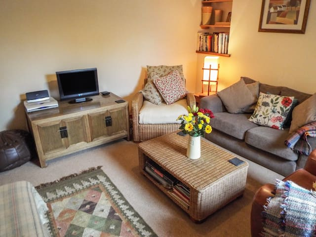 LOTHLORIEN COTTAGE, pet friendly, with a garden in Cwmgors, Ref 2549