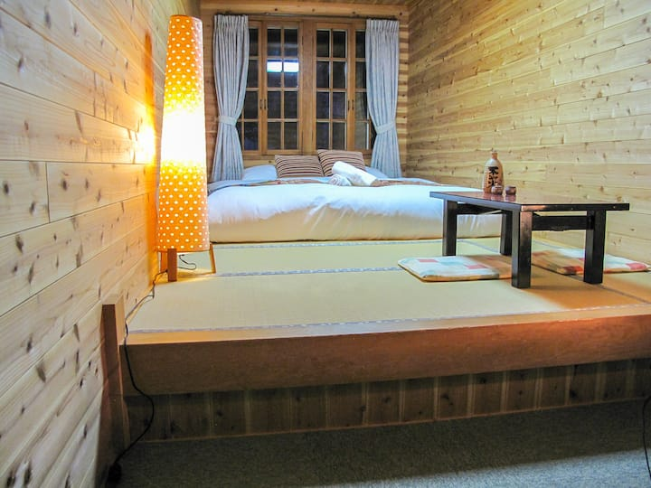 Kizuna Lodge: Queen room with shared bathroom