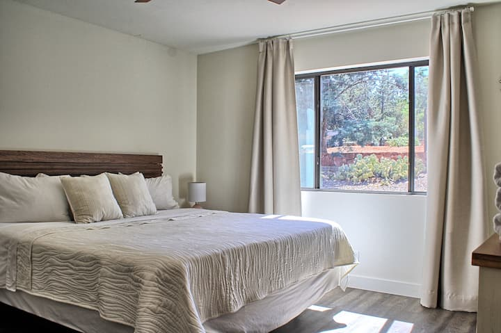 Uptown Sedona, VIEWS! King bed, private bath