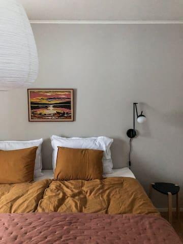 Makuuhuone ja 220 cm leveä parivuode