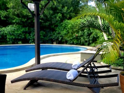 Tropisch paradijs met yogaplatform