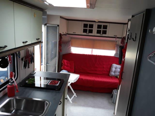 Blick zum Wohnbereich mit Clic-Clac-Couch