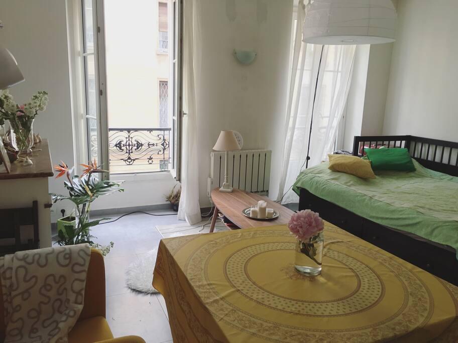 Grand lit ( 2m*2m ). Très lumineux .Deux grandes fenêtres