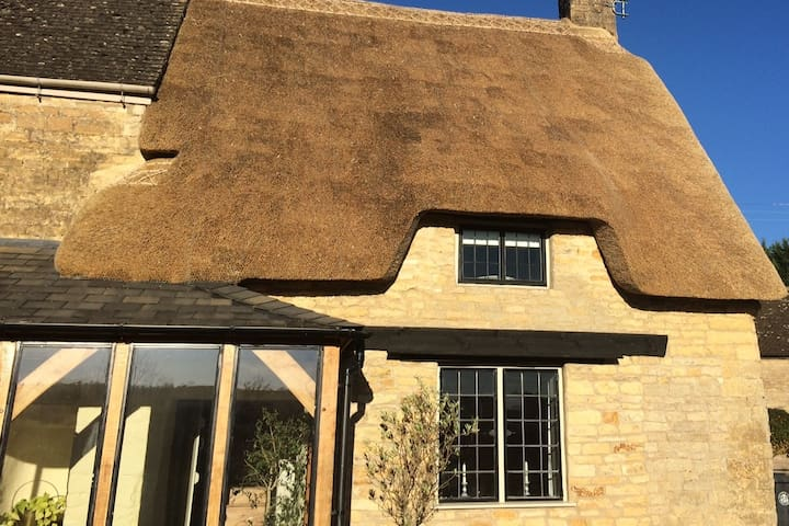 Cotswold thatched annexe double room + living room - Long Compton
