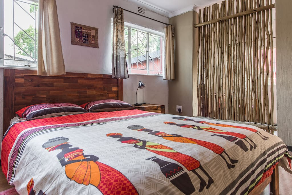the Cottage: bedroom - queen size bed