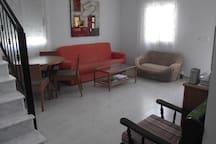 Vista parcial del salon, del sofa cama y área de comedor. Dispone de aire acondicionado frío-calor