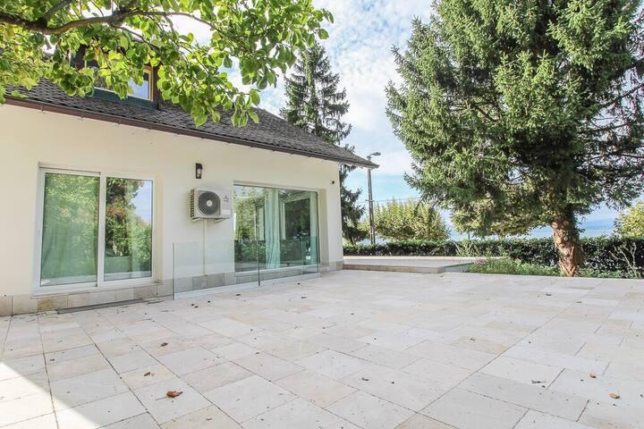 Geneva Lake front Private Villa