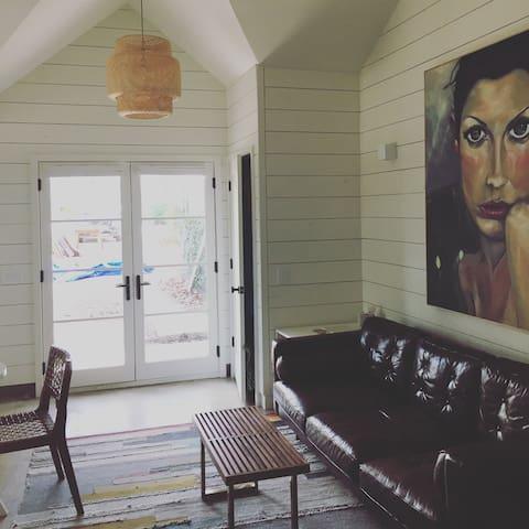Cozy Hyde Park Backhouse
