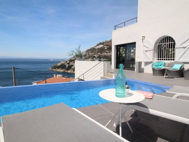 CHILL-OUT, OVERFLOWING POOL WITH WONDERFUL SEA VIEW, VERY QUIET AREA ON THE HILL, PRIVATE SECURITY,AIR CONDITIONING. PARKING