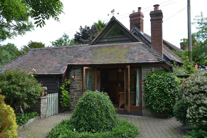 Intimate & cosy detached cottage in rural village
