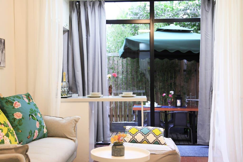 落地大窗,窗外小院,遮阳大伞