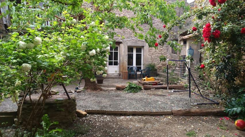 Rez de chaussée dans une belle maison de village