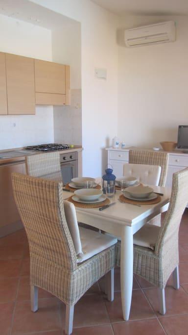 1° Soggiorno con angolo cottura e tavolo da pranzo