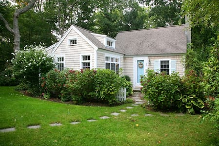 Osterville Charming Cottage in the Heart of Wianno