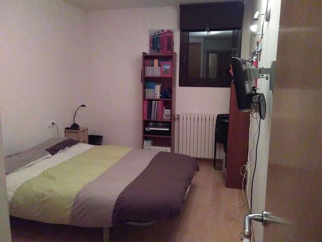Habitación con cama doble y baño - Ordino - Apartment