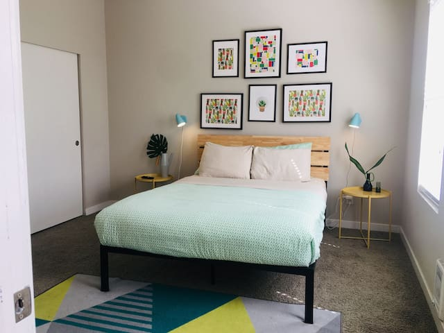 Clean, Hip Downtown 1br in International District