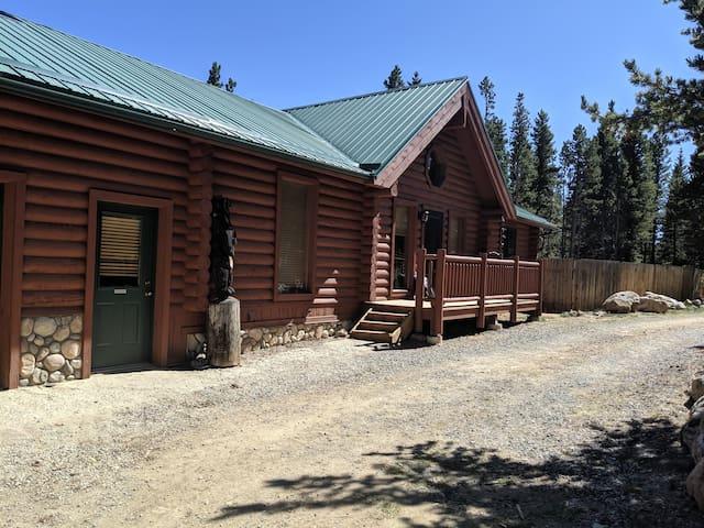 Bearadise!! Beautiful log home. 420 , pet friendly