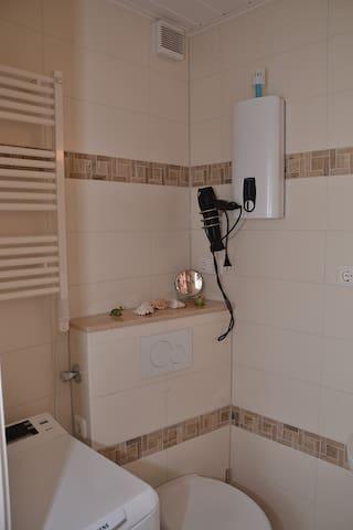 Das Bad mit Fön und Handtuchtrockner