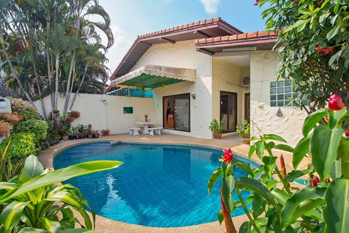 family house pool 5 minutes walking street