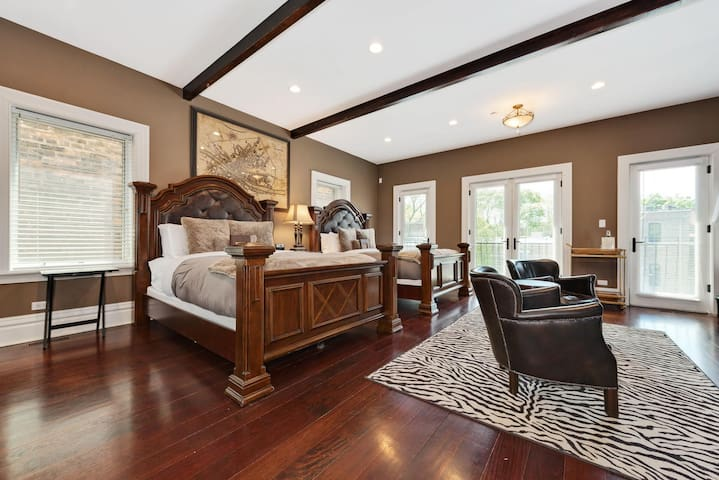 Suite in Beautiful Lincoln Park Mansion Sleeps 4