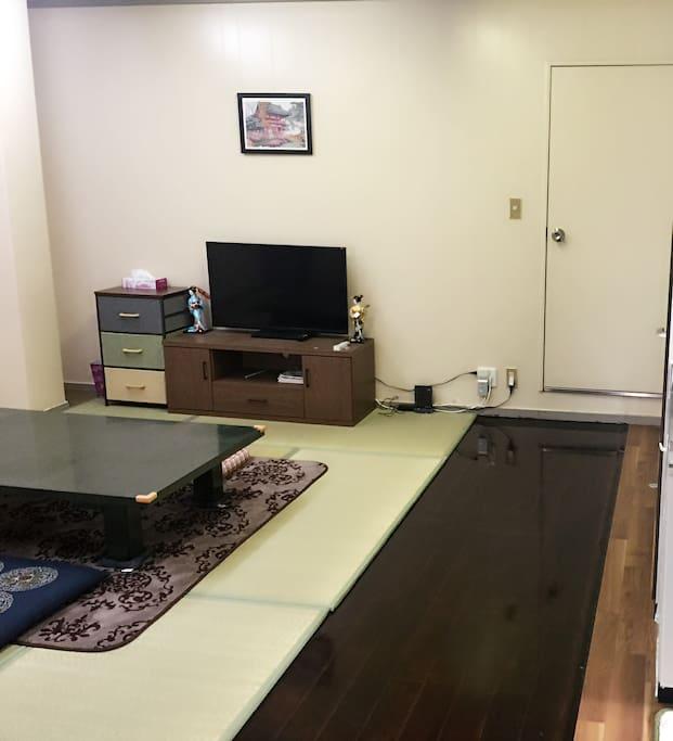 朴素实用的大面积客厅,配备液晶电视