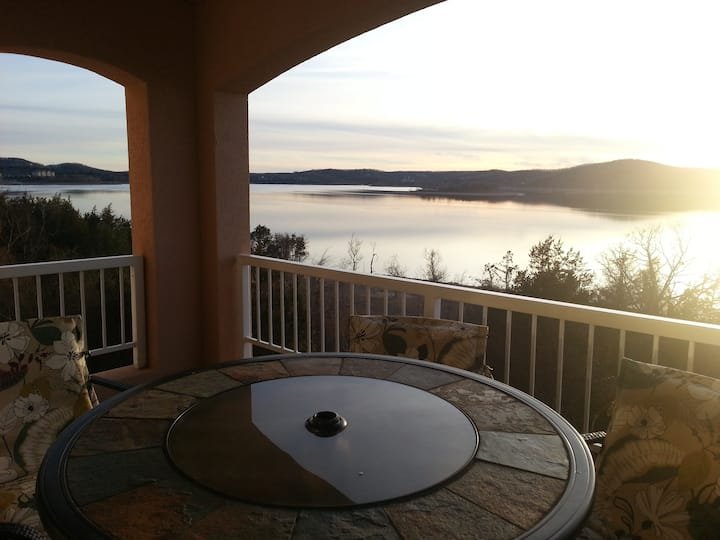 **Table Rock lakefront Condo-near Branson**