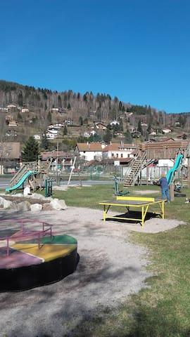 Un grand parc de jeu à 100 mètres avec balançoires, terrain de tennis, appareils de remise en forme, skate park, poutres, .....