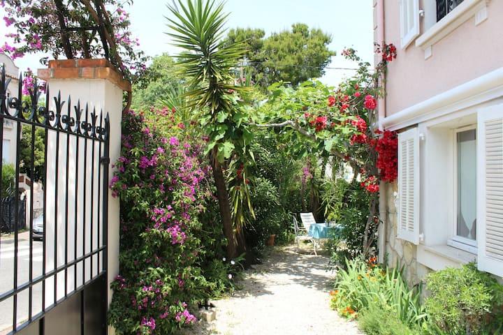 Rez de jardin villa années 30 proche centre et mer