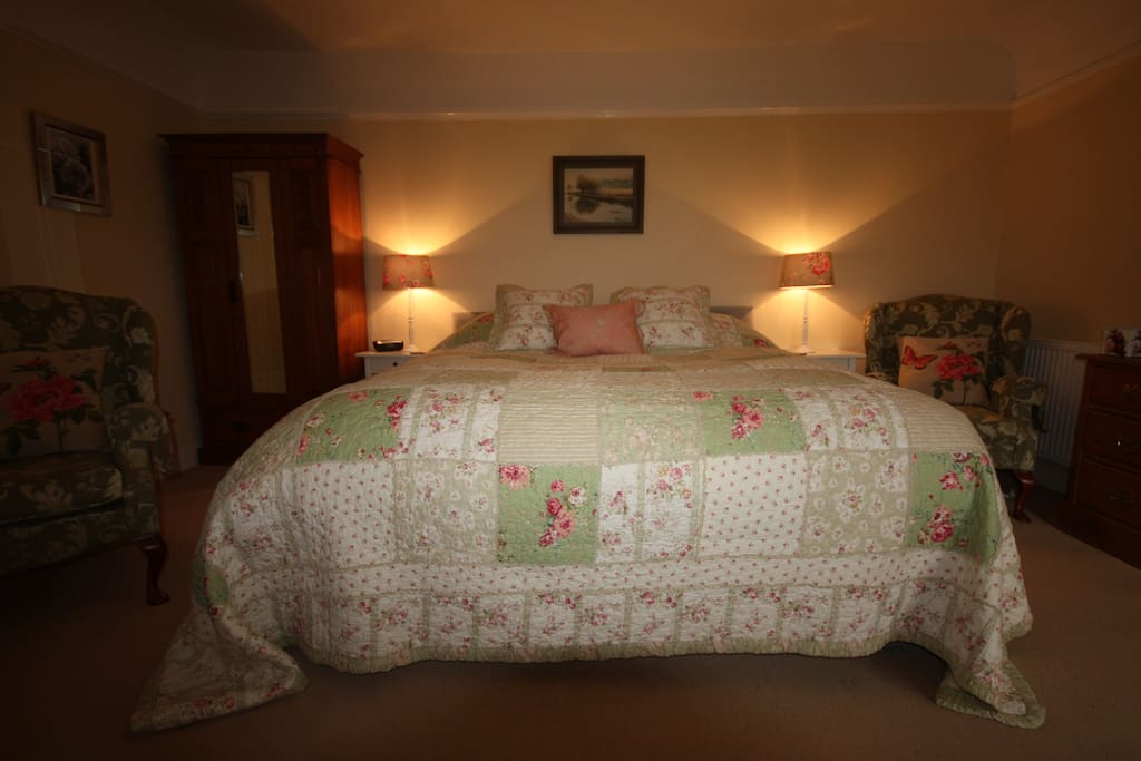 Superking or twin bed with en-suite shower