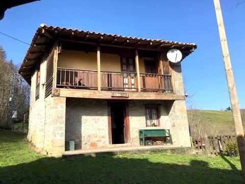 Casita de aldea en la montaña asturiana