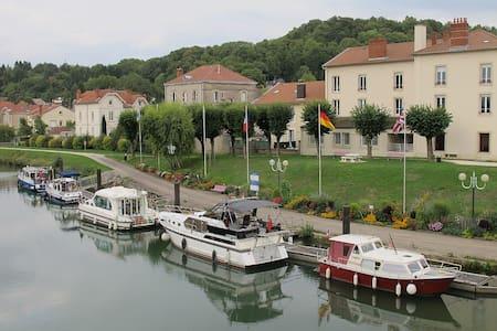 Barging in France - Saint-Jean-de-Losne - Båt