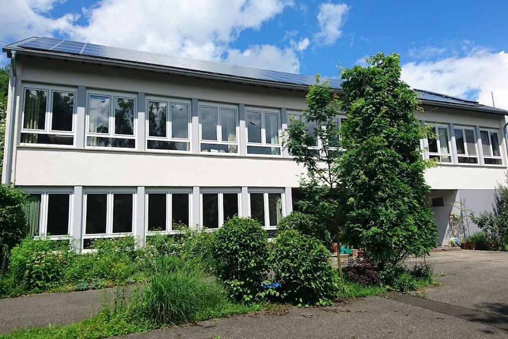 Die FeWo ist ein Klassenzimmer einer ehemaligen Grundschule.
