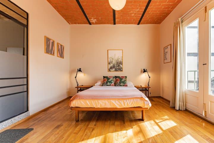 Espaciosa Suite con balcón en Casa DISEÑADA