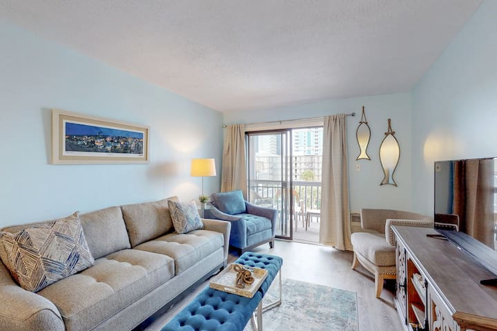Lovely condo w/shared pool & balcony - one block to beach