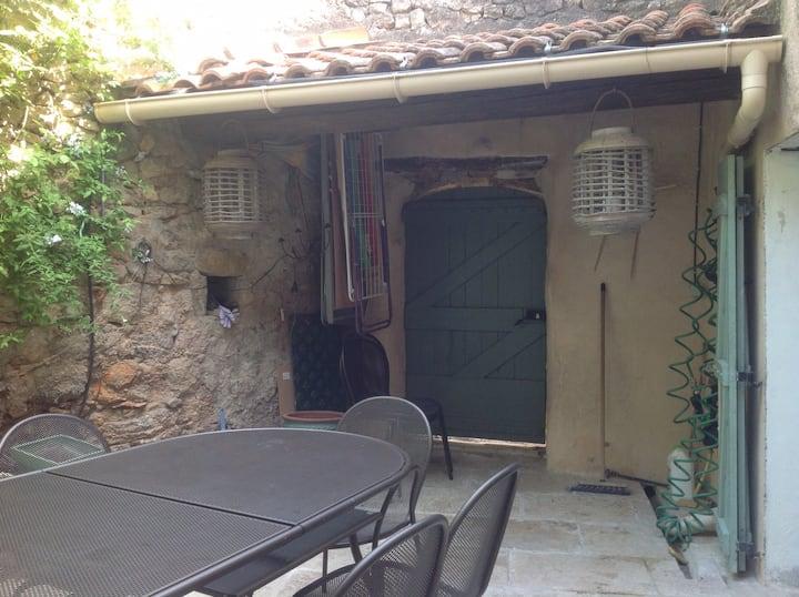 Maison confortable avec cour intérieure.