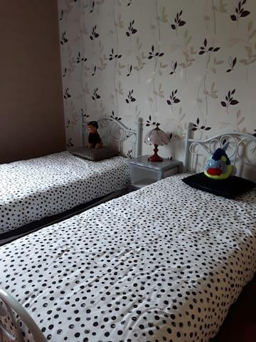 Chambre 2 avec armoire de rangement