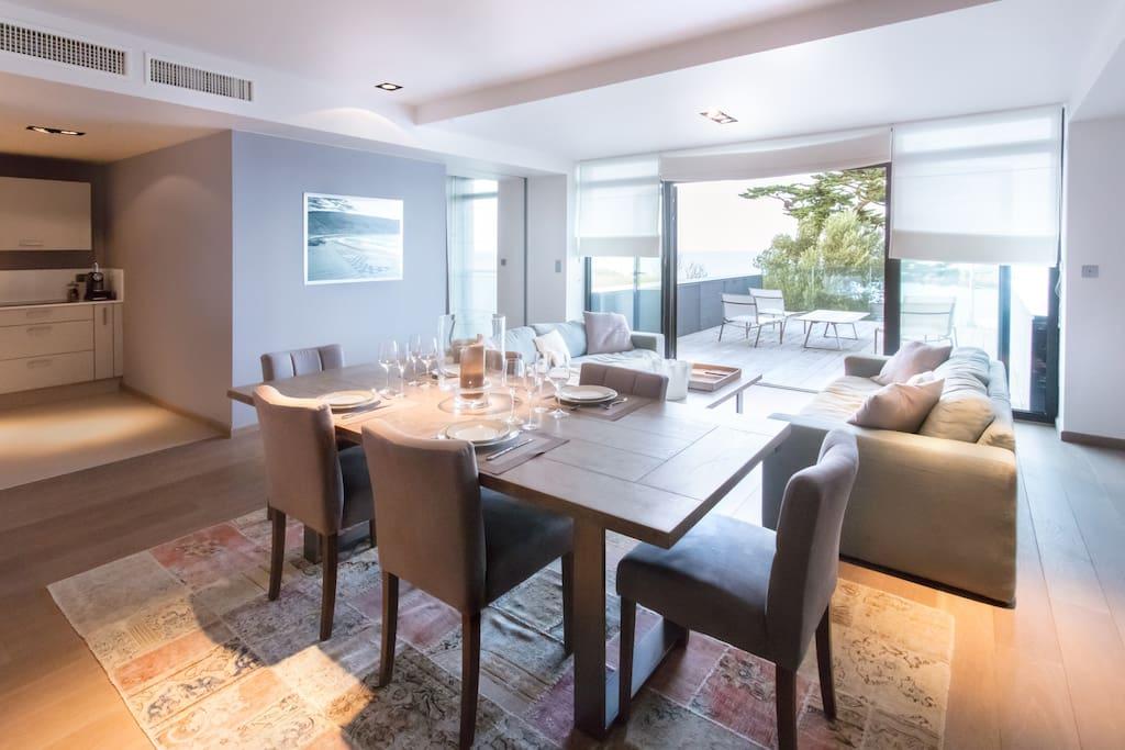 Salon-séjour donnant sur terrasse vue sur mer