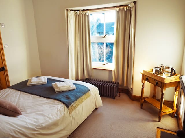 Charming en-suite double room, central Windermere