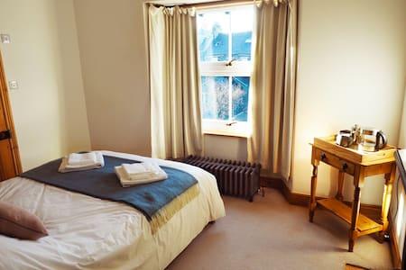 Charming en-suite double room, central Windermere